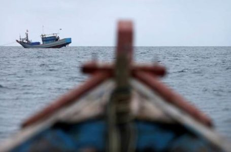 Traditional fishing boats work off the east coast of Natuna Besar, Indonesia July 9, 2014. REUTERS/Tim Wimborne/File Photo