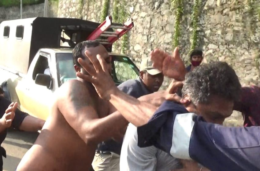 Mob attack on workers who went to remove a power pole
